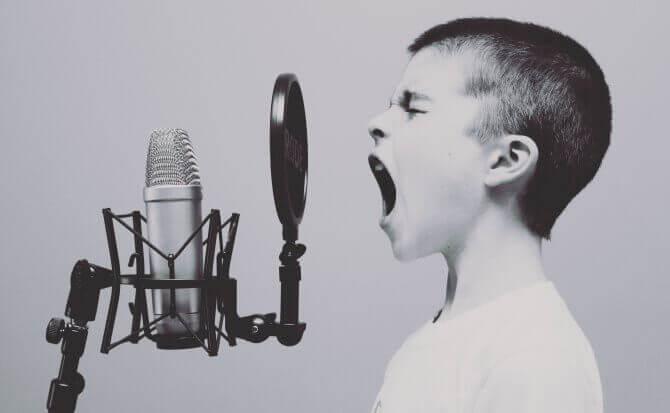 Menino falando alto