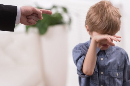 Pai brigando com seu filho pequeno
