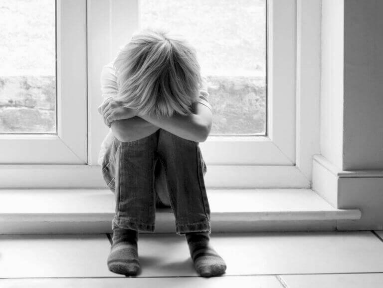 Criança triste chorando