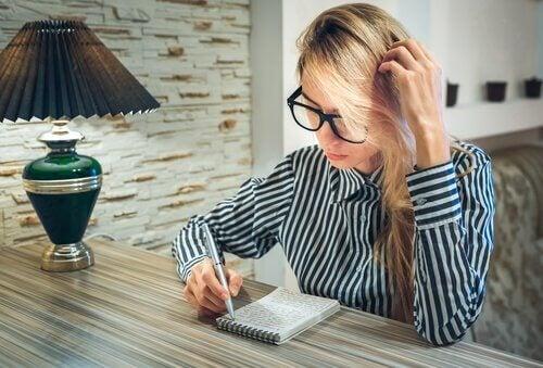 Mulher escrevendo como terapia