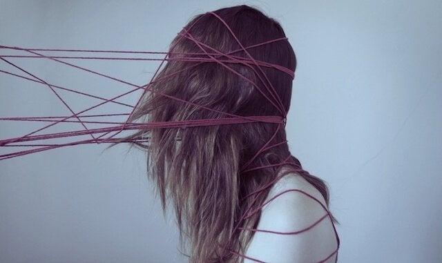 Mulher embolada em fios