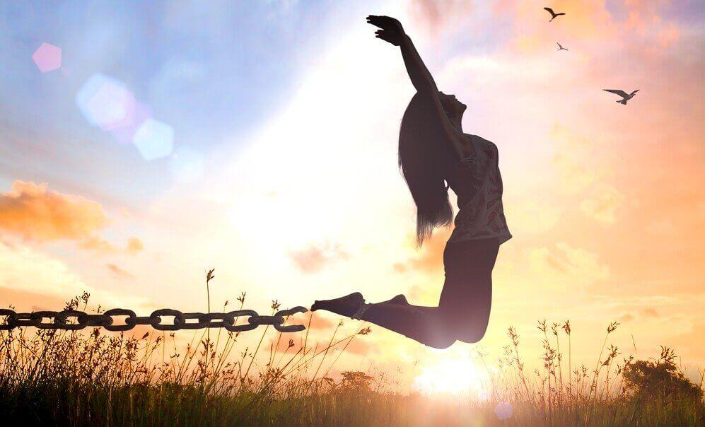 Mulher se libertando das correntes