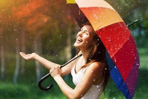 Mulher se divertindo na chuva