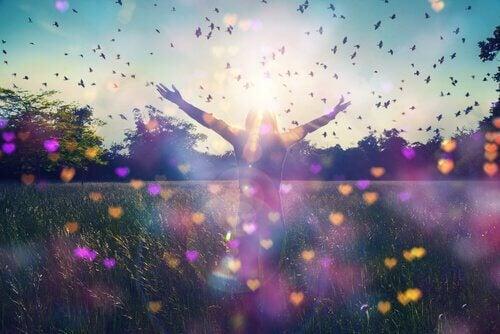 Mulher feliz em campo de borboletas