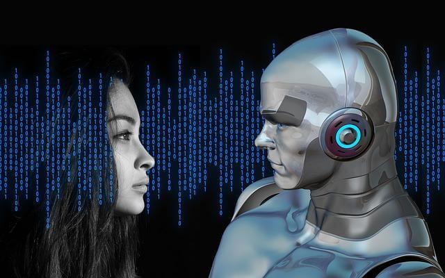 Mulher e robô se olhando