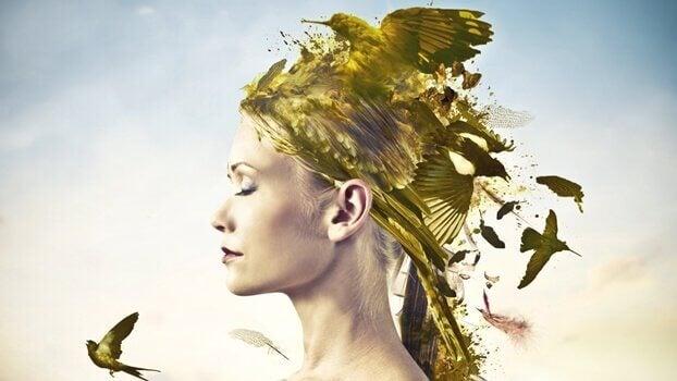 Mulher com pássaros dourados na cabeça
