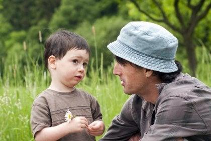 Pai e filho conversando