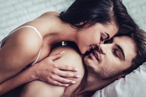 Casal se beijando de forma sensual