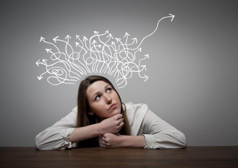 Mulher pensando em soluções para problema