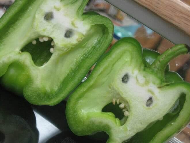 Rosto assustador em pimentão verde