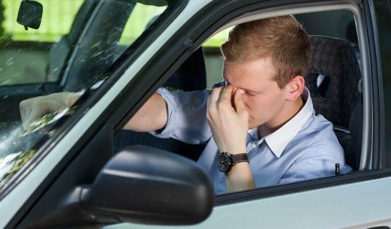 Homem cansado dirigindo