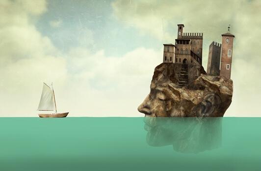 Barco indo em direção a castelo em pedra