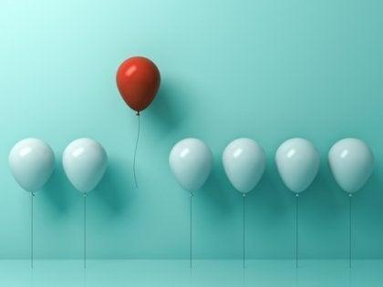Balão de cor diferente se destacando