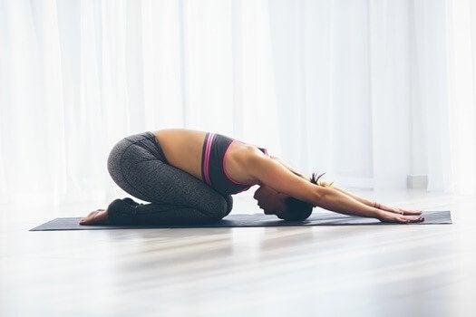 Mulher fazendo ioga