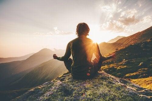 Homem meditando nas montanhas
