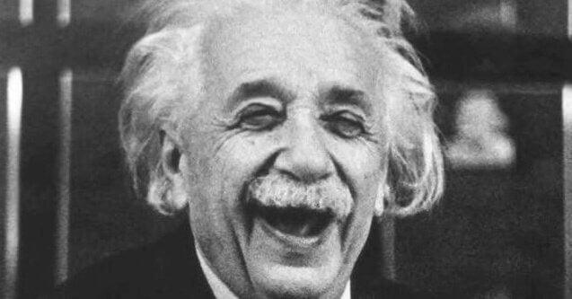 Albert Einstein rindo