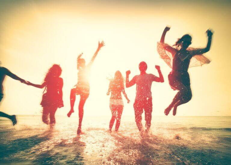 Amigos se divertindo em praia