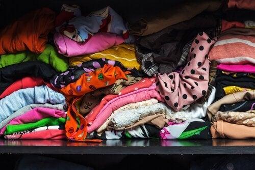 Armário cheio de roupas