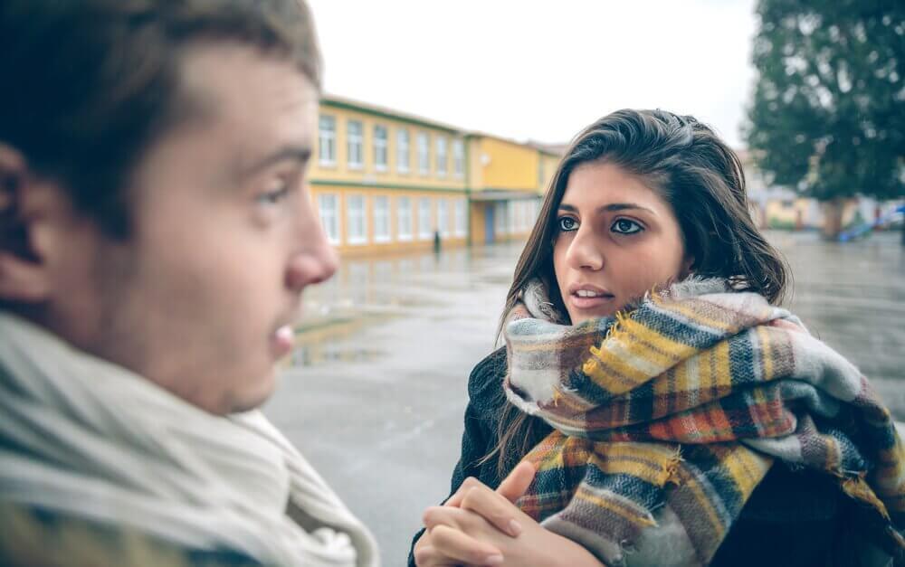 Casal tendo uma conversa séria