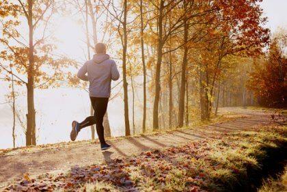 Homem correndo em parque