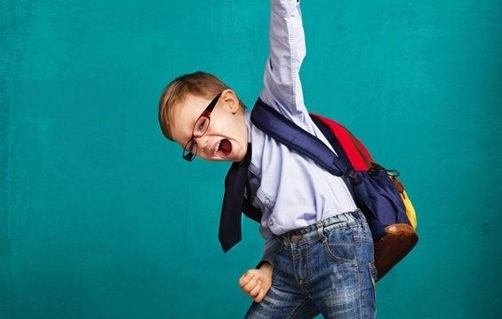 Criança contente com sua mochila