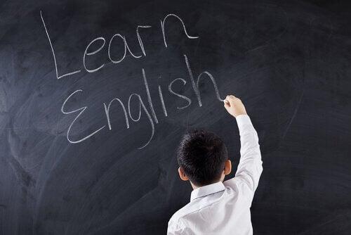 Criança escrevendo em inglês