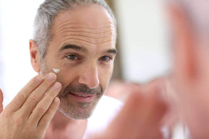Homem cuidando da pele