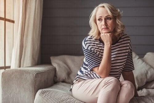 Mulher enfrentando crise dos 50