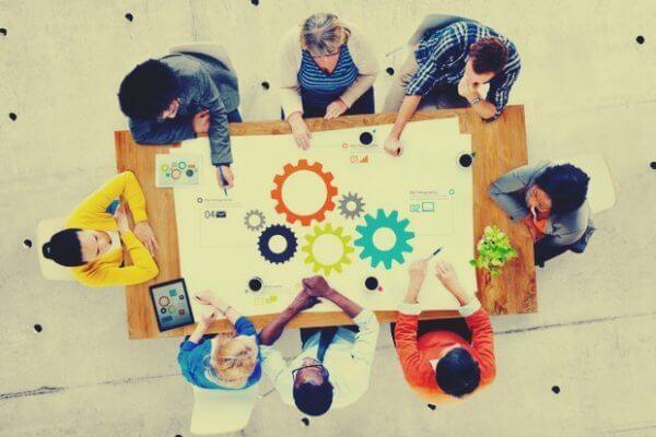 Grupo pensando em solução no trabalho