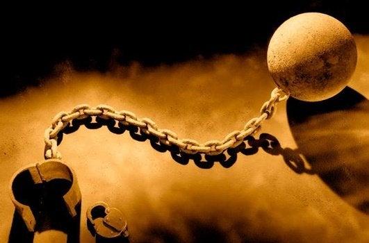 Correntes que prendem o escravo