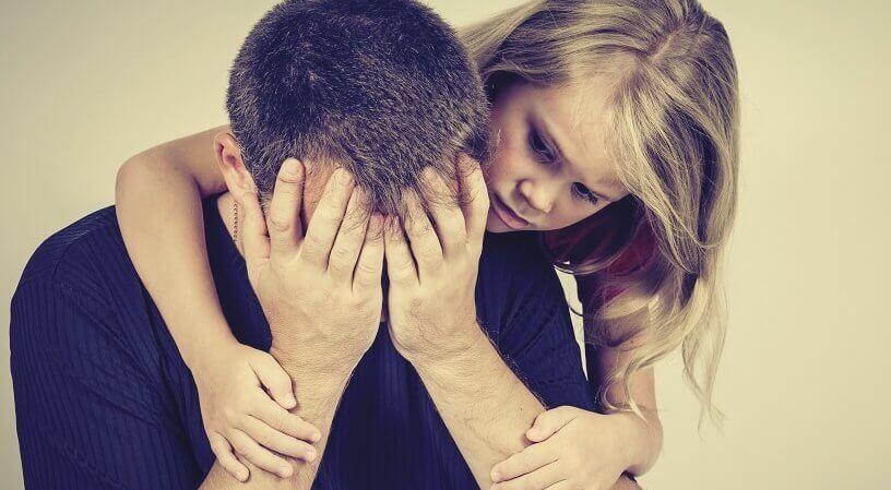 Filha consolando seu pai