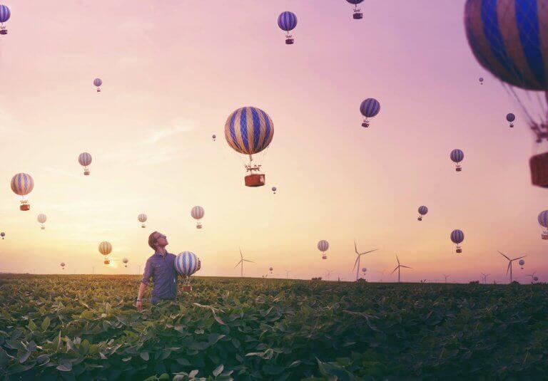 Homem observando balões voando
