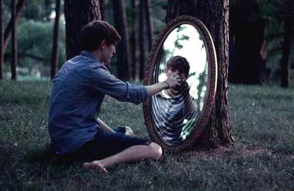 Menino se olhando no espelho