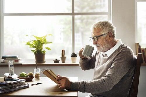Homem idoso lendo jornal