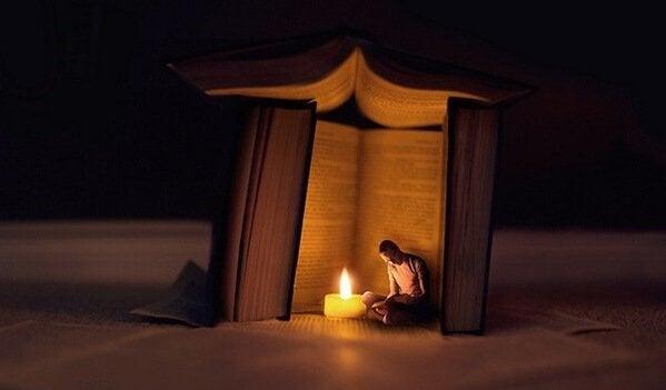Homem lendo perto de livro gigante