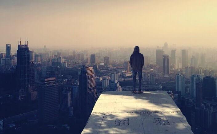 Pessoa em topo de edifício