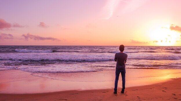 Homem sozinho na praia