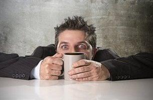 Como ocorre a intoxicação por cafeína?