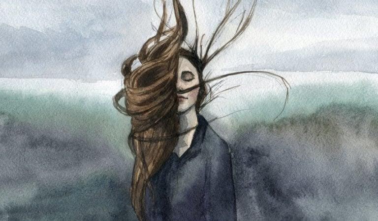 Mulher com cabelos ao vento
