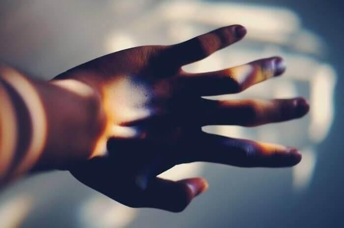 Mão com jogo de luzes