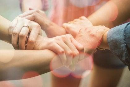 Mãos de pessoas unidas
