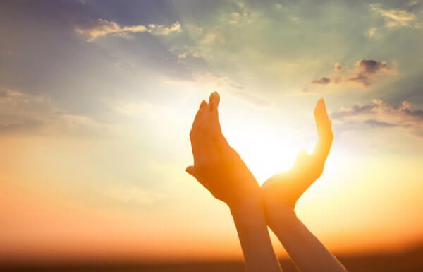 Mãos com a luz do sol