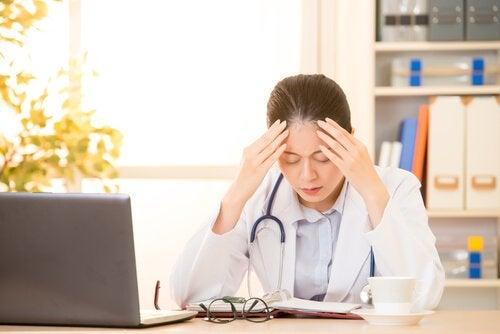 Médica cansada no consultório