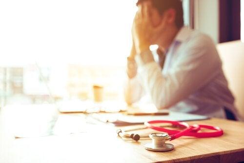 Médico com síndrome de burnout