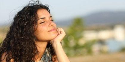 Mulher respirando ar puro