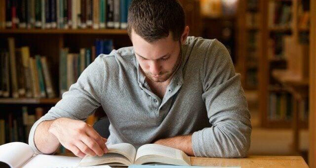 Homem estudando em silêncio