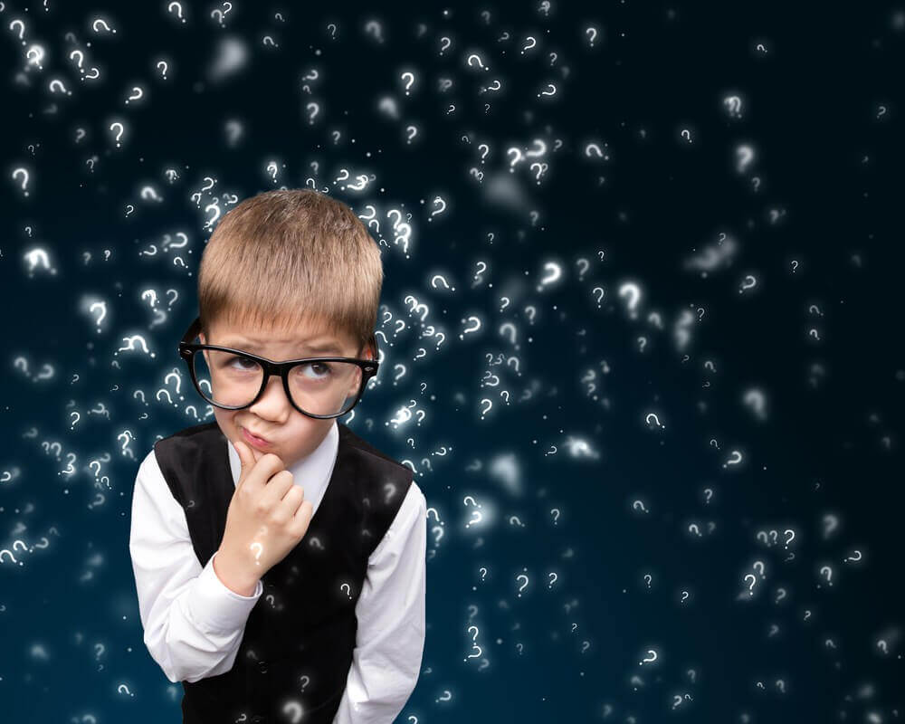 Criança pensando em suas ideias