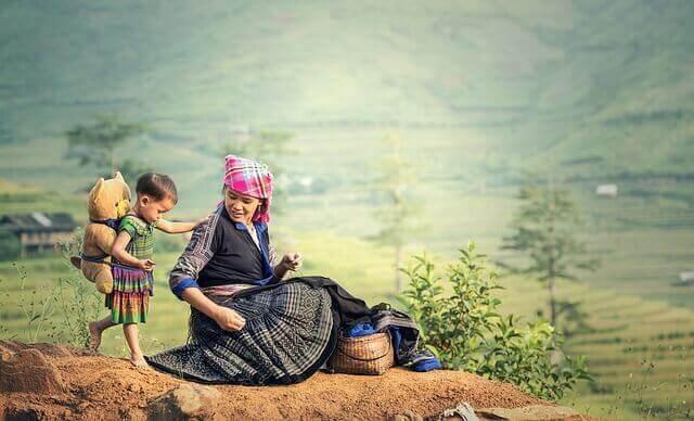 Mãe e filho em local rural