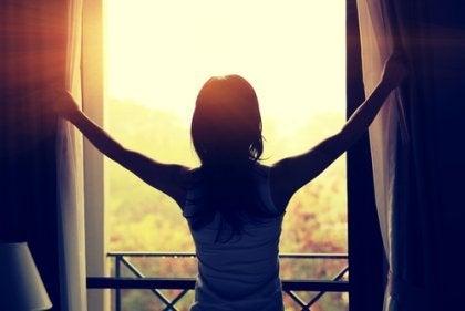 Mulher abrindo as janelas