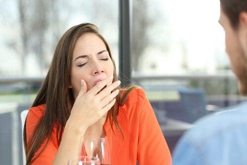 Mulher com sono bocejando